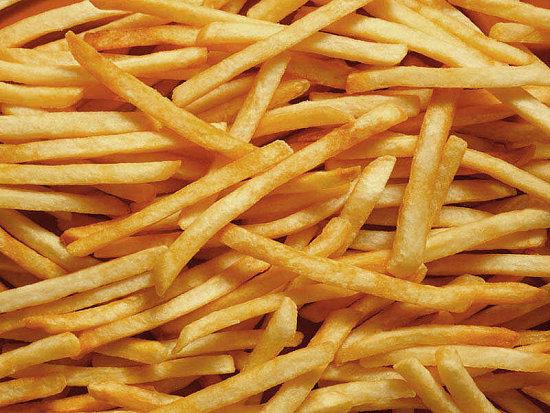 Patatas fritas con queso y carne