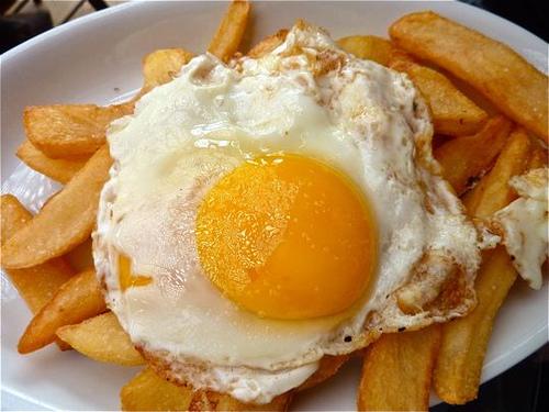 Patatas fritas con salsa de yogur picante