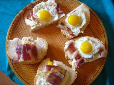 Entrante de jamón y huevo de codorniz