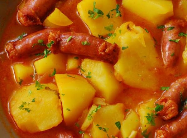 Patatas picantes con salchichas