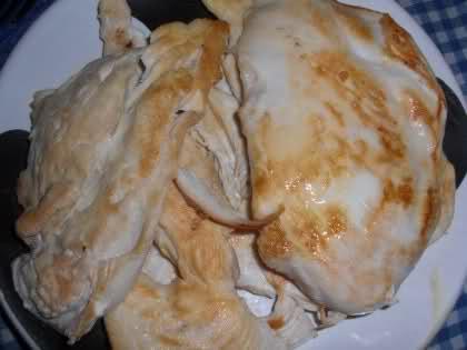 Pollo especiado sobre lecho de zanahorias aliñadas