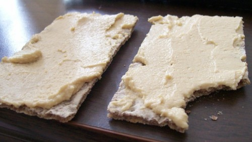 Tostas de pan de centeno integral con hummus