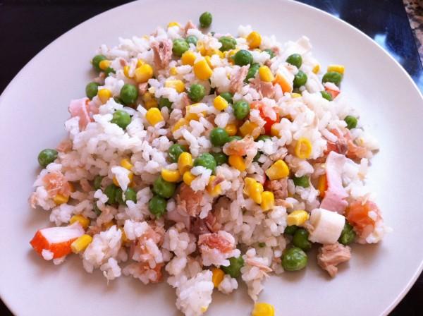Ensalada de arroz con tomates secos y gambas salteadas a la salsa de soja