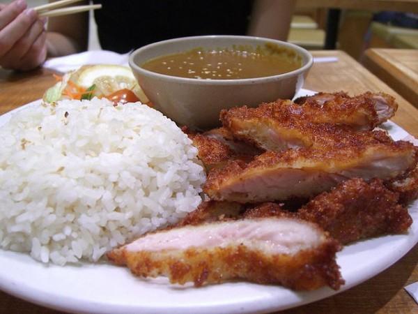 Pollo empanado con rúcula y arroz