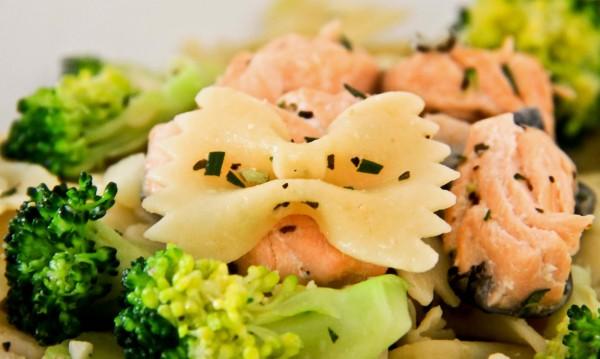Farfalle con salmón ahumado y surimi