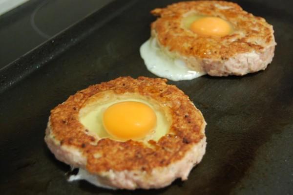 Hamburguesa de ternera con huevo encerrado