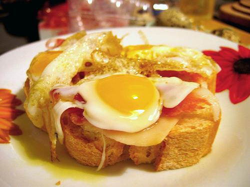Tosta con puerros, huevos de codorniz y jamón serrano