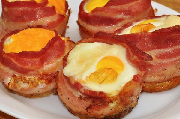 Huevo encerrado en copa de bacon