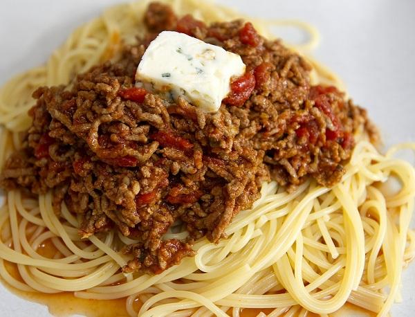 Espaguetis con carne picada de pollo y queso gorgonzola