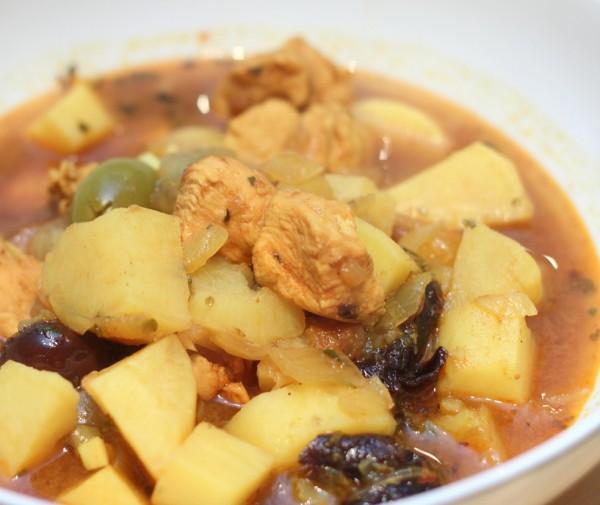 Guiso de pollo con patatas y aceitunas negras