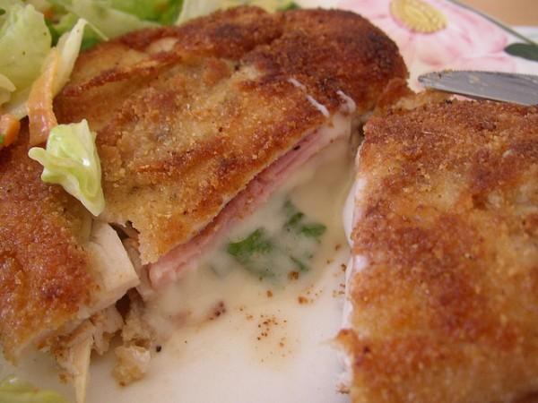 Cordon bleu crujiente con salsa de queso feta