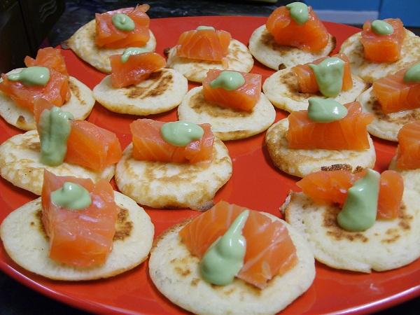Minitortillas con salmón y mayonesa de eneldo