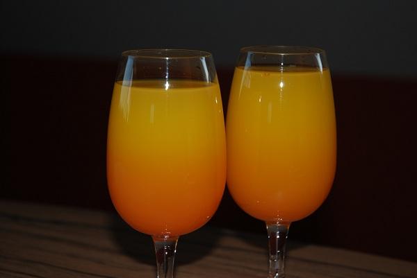 Cóctel de ron y naranja amarga