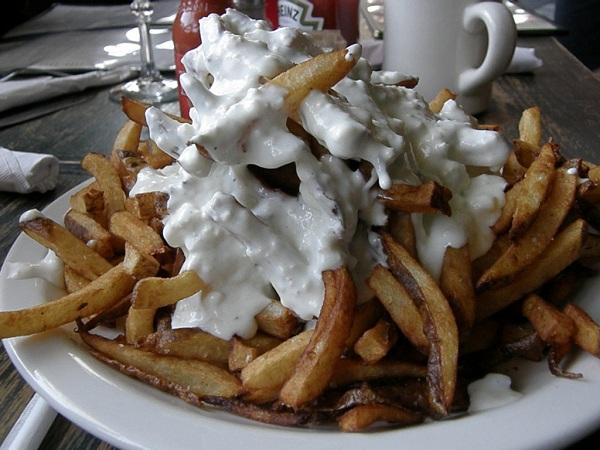 Patatas fritas con salsa de queso azul