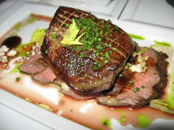 Solomillo de cerdo marcado con cebollino picado y salsa suave de perejil
