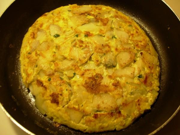 Tortilla de espárragos verdes, patata y cebolla