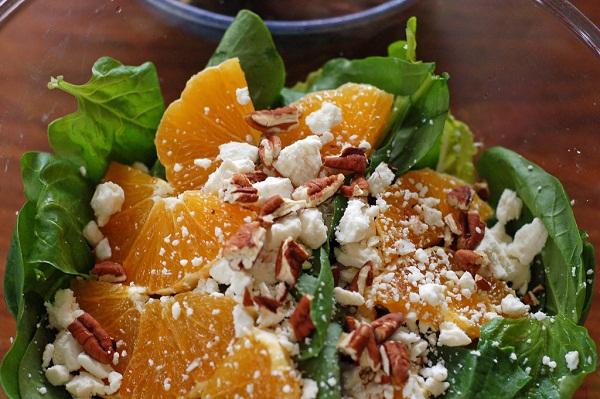Ensalada de espinacas, naranja y queso rallado