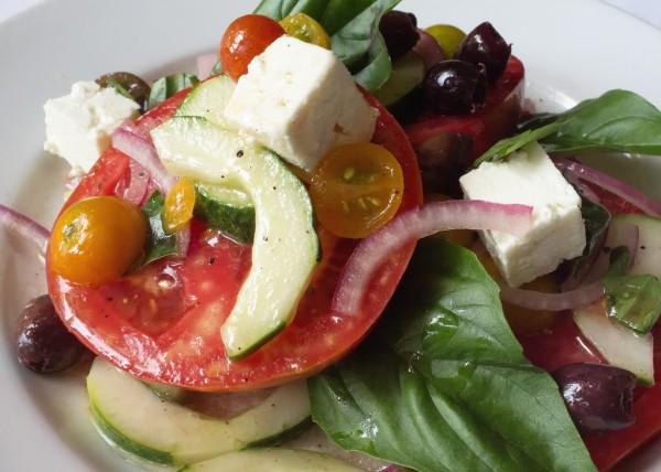 Ensalada templada de tomate, queso feta y albahaca
