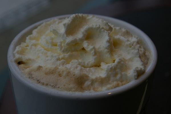 Mocha blanco con nata montada y sirope de fresa