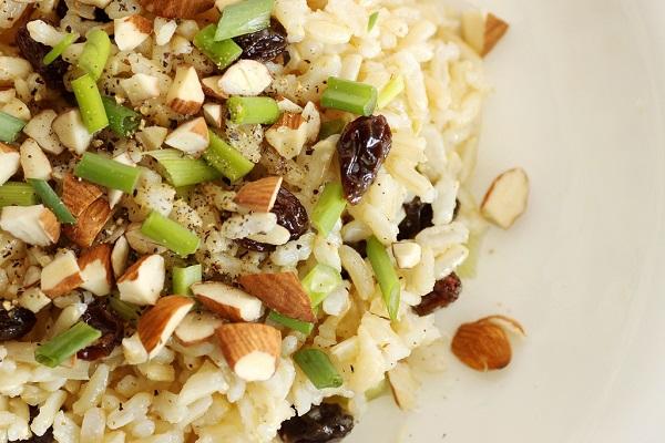 Ensalada de arroz con piña y almendras