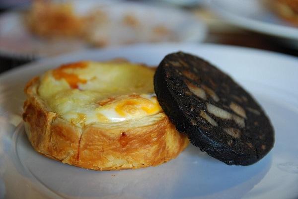 Hojaldre con queso y morcilla de cebolla