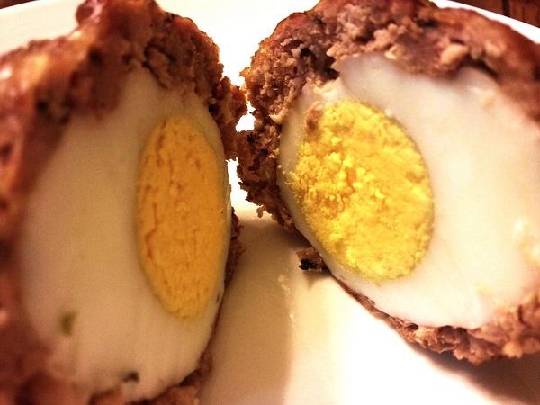 Huevos escoceses de codorniz con bacón