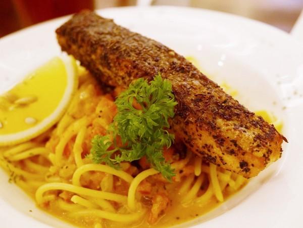 Espaguetis con salmón a las finas hierbas