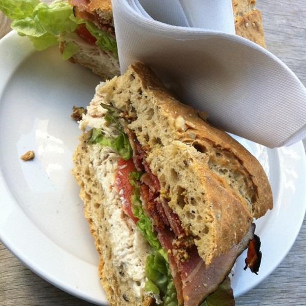 Sándwich integral de pavo y bacón