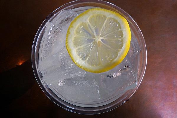 Limonada casera con menta y lima