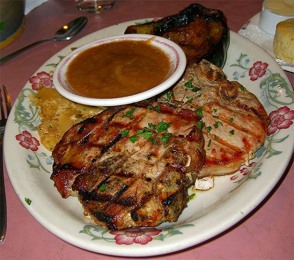 Chuletas de cerdo a la parrilla con salsa agridulce picante