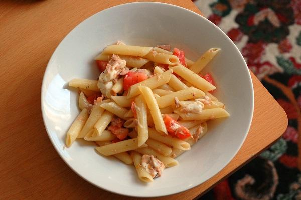 Ensalada de pasta con mozzarella y gambas