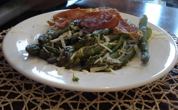 Espárragos verdes picantes con queso y crujiente de jamón