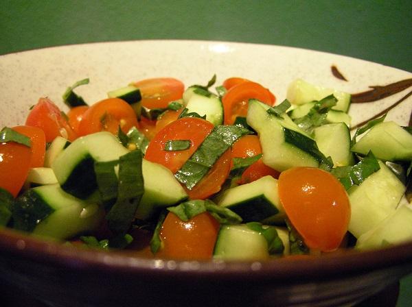 Ensalada fresca de tomate y pepino