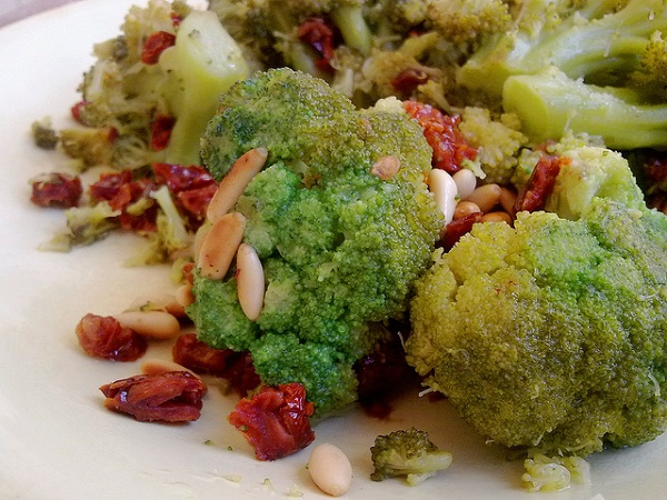 Salteado de brócoli con jamón y piñones