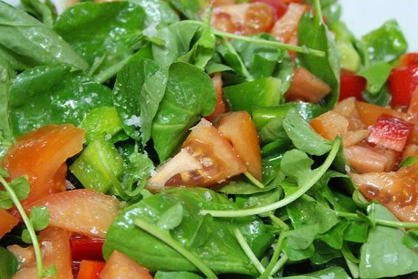 Ensalada de berros con tomate y atún