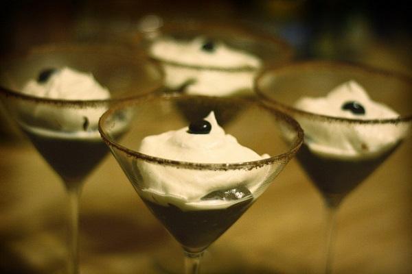 Copa de chocolate casera con nata montada