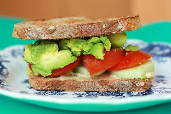 Sandwich de pepino, tomate y aguacate con hummus