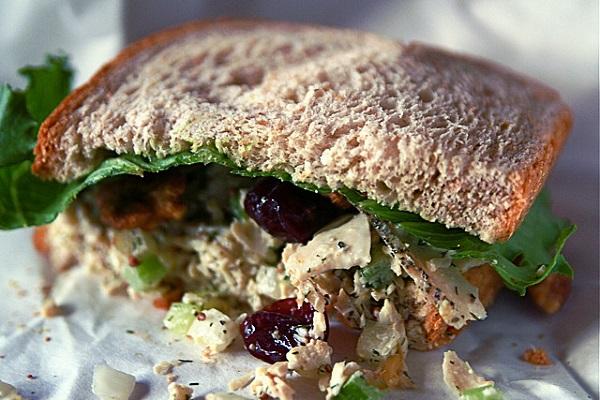 Sándwich de pollo y pasas