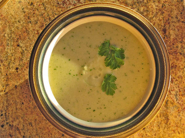 Sopa de pepinos y piñones