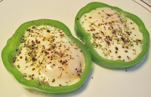 Huevo frito encerrado en pimiento verde