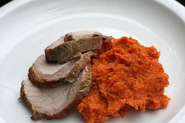 Lomo de cerdo al comino con puré de tomate especiado