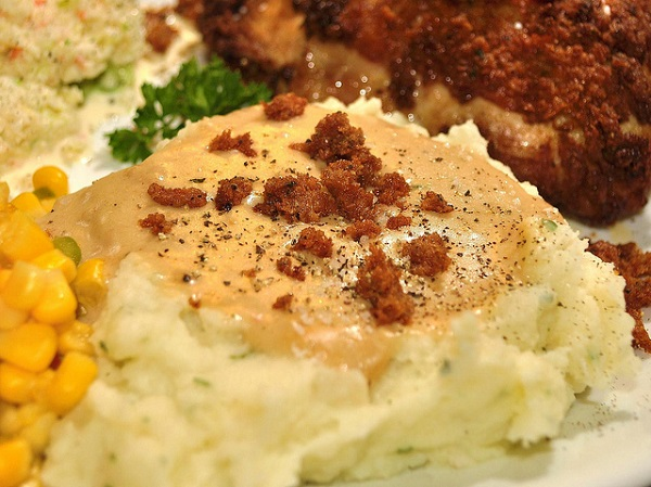 Puré de patatas con cebollino, salsa de pollo y cebolla crujiente