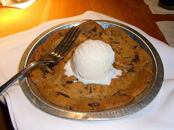 Postre de masa de galleta con helado de vainilla