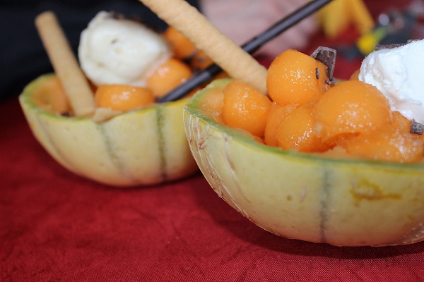 Postre completo servido en cáscara de melón
