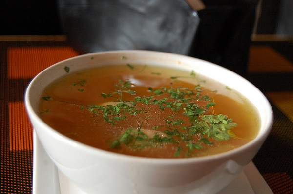 Sopa de pollo con picatostes
