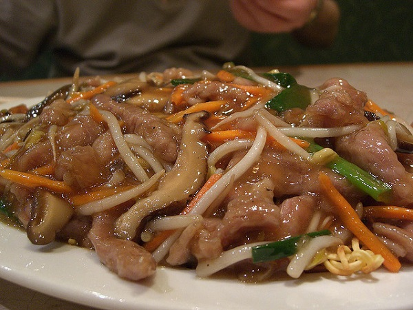 Fideos chinos con tiras crujientes de cerdo
