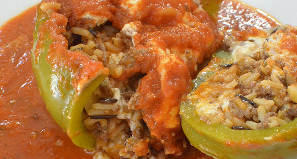 Pimiento relleno de arroz salvaje con pollo y tomate frito