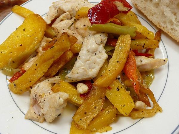 Salteado de patatas fritas con pollo y verduras