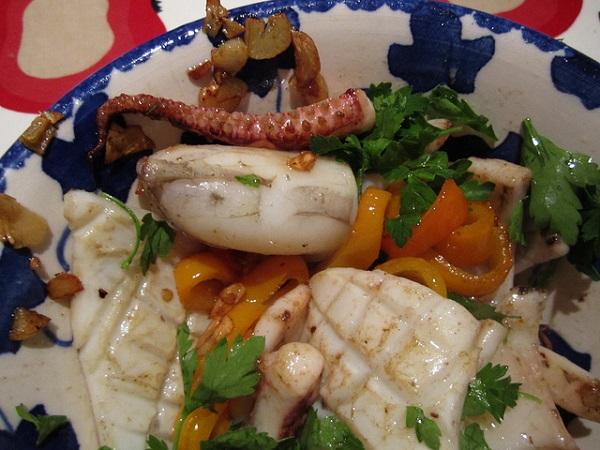Salteado de sepias al ajillo con verduras