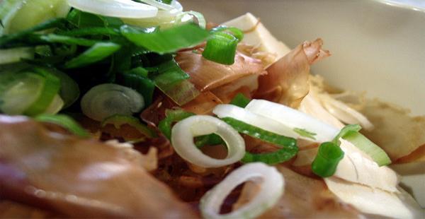 Tofu marinado con cebolleta y chile